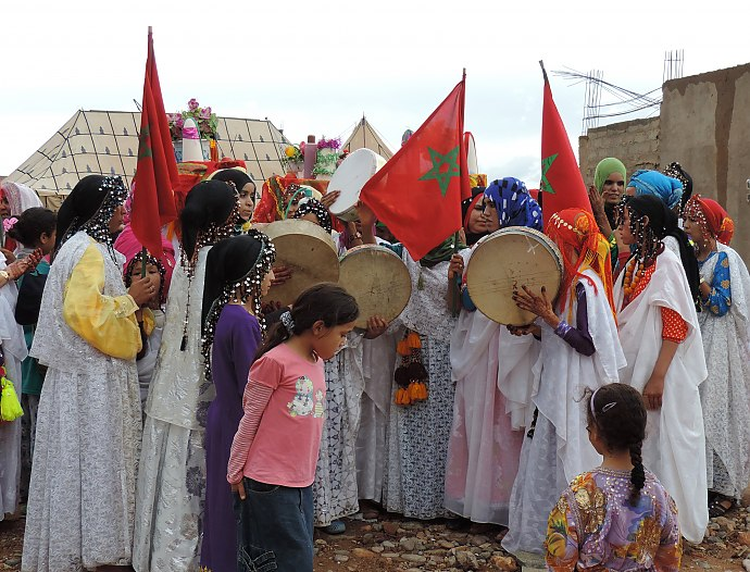 Wedding in Morocco - bright colors and many guests